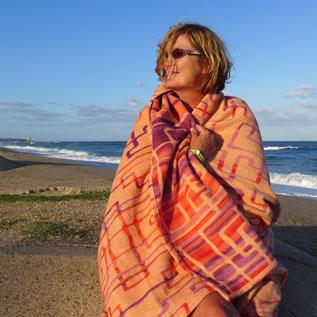 Eva Kolb mit Decke aus der Corbezzoli!®-Kollektion von rheiNdesign auf Sardinien